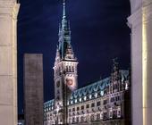 Architekturfotografie: Die denkmalgeschützen Objekte Rathausschleuse, Rathaus Hamburg und die Alsterarcaden auf einem Bild