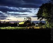 Straßenbaumaschine in der Abenddämmerung