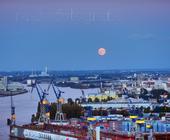 Aufgehender Mond über dem Hafen